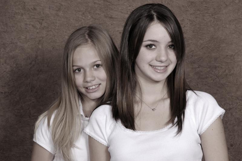 sisters-together-14-desat