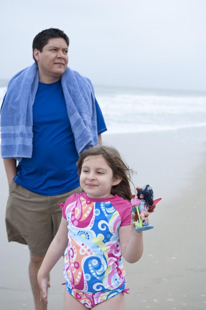 isa and daddy at beach 1
